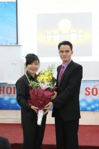 GĐ chiến lược và đào tạo Phạm Hồng Phúc tặng hoa cảm ơn cô Trần Minh Hải