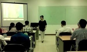 Cô Trần Minh Hải hướng dẫn mở khẩu hình miệng và cách lấy trong buổi đầu tiên của khóa học.