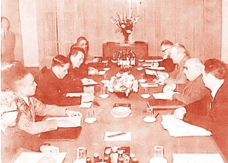 Bác sĩ Nguyễn Khắc Viện tại cuộc hội đàm giữa Đoàn Đại biểu Đảng Cộng sản Việt Nam và Đoàn Đại biểu đảng Cộng Sản Pháp (người thứ tư, hàng bên trái).