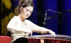 Ancient Chinese music has always held Chinese music is based on the Five Elements. (Courtesy of New Tang Dynasty Television) Âm nhạc cổ truyền mà luôn luôn giữ vững tính chất thuần tuý Trung Hoa là dựa trên lý thuyết về ngũ hành. (Courtesy of New Tang Dynasty Television) Âm nhạc Trung Hoa là dựa trên hệ thống âm nhạc cổ truyền của Trung Hoa bao gồm 5 loại âm điệu, 5 nốt nhạc chính gọi là ngũ âm. Năm âm thanh này được sắp xếp thành: Cung, Thương, Giốc, Chuỷ, và Vũ. Theo nguyên lý ngũ hành của Trung Hoa mà có liên hệ đến âm nhạc cổ điển Trung Hoa, các âm giai đều nối liền với một hệ thống những khái niệm về vũ trụ, cũng như là các hoạt động bên trong thân thể của con người.  Người Trung Hoa không xem sự việc con người có ngũ tạng (5 bộ phận) bên trong như tim, gan, phổi, thận, tụy tạng và ngũ quan (5 cơ quan cảm giác): miệng, mũi, mắt, tai và lưỡi; với 5 ngón tay trên mỗi bàn tay là chuyện ngẫu nhiên.  Theo truyền thống Trung Hoa, bất cứ âm giai nào trong ngũ âm đều có thể ảnh hưởng đến những cơ quan bộ phận bên trong của con người và có thể hoạt động như là một cơ cấu điều hòa. Âm nhạc có thể tăng cường sự điều tiết, khai mở ý tưởng, và điều hòa nhịp tim. Bởi vì người ta có những chỗ khác nhau, nội tạng của người này cũng khác người kia, nên âm nhạc cũng ảnh hưởng họ theo những cách khác nhau.